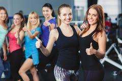 Athlètes se reposant après la formation de forme physique conduite Photos libres de droits