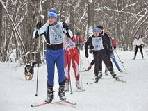 Athlètes sur la voie de ski Images stock