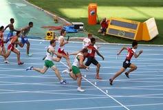 Athlètes sur les 4 x 100 mètres de chemin de relais Images libres de droits