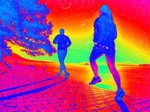 Athl?te de coureur courant sur la route au lac Concept de forme physique d'homme photographie stock