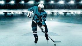 Athl?te de joueur de hockey de glace dans le casque et gants sur le stade avec le b?ton Tir d'action Concept de sport photo libre de droits