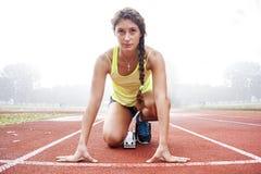 Athlet auf den Startblöcken Lizenzfreie Stockfotos