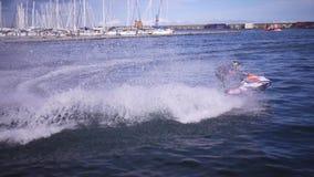 Athlet auf einem Jet-Ski bildet nahe dem Pier aus stock video footage