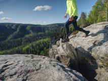 Athlet beim Springen w?hrend einer Spur, die in die Berge l?uft stockbilder