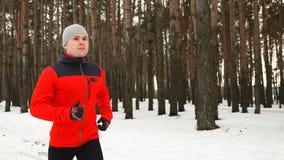Athlet bereitet sich für Wintermarathon vor stock footage