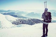 Athlet in Bergspitze stockbilder
