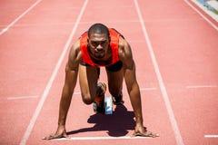 Athlet betriebsbereit zu laufen stockfotografie
