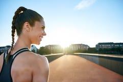 Athlet, der über Brücke mit Kopienraum schaut Stockbild