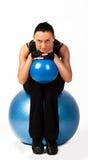 Athlet, der Übung mit Kugel ausdehnend tut Stockfoto