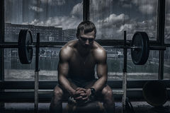 Athlet in der alten rostigen Turnhalle Stockbilder