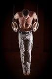 Athlet, der auf den Ringen übt Lizenzfreie Stockfotografie