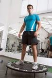 Athlet, der auf Trampoline steht Lizenzfreies Stockbild