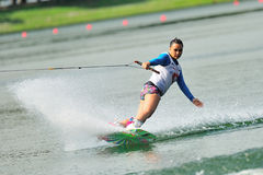 Athlet, der Bremsung während nationaler Inter- Uni Rip Curl-Singapurs durchführt Stockfoto