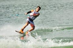 Athlet, der Bremsung während Uni u. Polytechnik Rip Curl-Singapurs nationaler Inter- Wakeboard-Meisterschaft 2014 durchführt Stockfotos