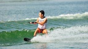 Athlet, der Bremsung während Uni u. Polytechnik Rip Curl-Singapurs nationaler Inter- Wakeboard-Meisterschaft 2014 durchführt Lizenzfreie Stockbilder