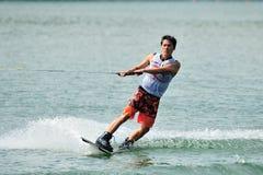 Athlet, der Bremsung während Uni u. Polytechnik Rip Curl-Singapurs nationaler Inter- Wakeboard-Meisterschaft 2014 durchführt Lizenzfreies Stockbild