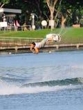 Athlet, der Bremsung während Uni u. Polytechnik Rip Curl-Singapurs nationaler Inter- Wakeboard-Meisterschaft 2014 durchführt Stockfotografie
