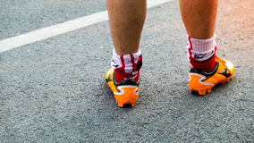 Athlet, der an der Straße, am Abschluss herauf Füße mit Laufschuhen und an St. läuft lizenzfreie stockbilder