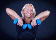 Athlet, der ihre Gewichte anhebt Stockbild