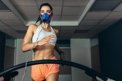 Athlet, der ihre Leistung im Biomechaniklabor überprüft stockbild