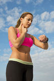 Athlet, der ihren Impuls überprüft Lizenzfreie Stockbilder