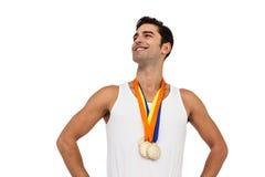 Athlet, der mit Goldmedaillen um seinen Hals aufwirft Stockbilder