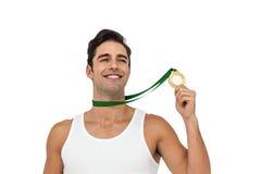 Athlet, der mit Goldmedaillen um seinen Hals aufwirft Lizenzfreie Stockfotografie