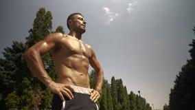 Athlet, der nach laufender Sitzung stillsteht stock video footage