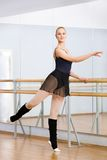Athlet, der nahe Barre in der Tanzenhalle tanzt Stockbilder