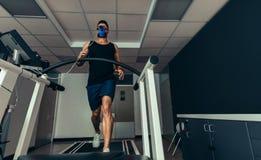 Athlet, der seine Leistung im Sportlabor analysiert lizenzfreie stockbilder