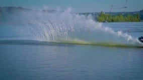 Athlet, der Tricks auf wakeboard tut stock footage