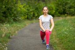Athlet des jungen Mädchens, der ein Aufwärmen bevor dem Rütteln tut Stockfotos