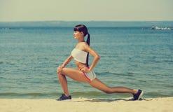Athlet des jungen Mädchens, kurz gesagt und Spitze laufend auf dem Strand im Sommer, Morgenübung Stockbild