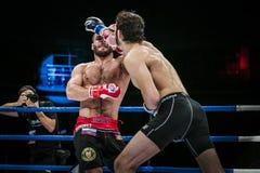Athlet gemischte Kampfkünste gelangt starke Stoßhand an seinen Gegner Stockbilder