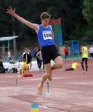 Athlet konkurrieren im Weitsprung Stockfotos