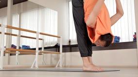Athlet-Mann macht die Torsowendungen und sitzt auf dem Boden in der Turnhalle, Yoga?bungen Gesundheit, Leben, Flexibilit?t stock footage