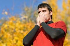 Athlet mit Kälte stockfoto