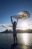 Athlet mit olympischem Flagge Lagoa-Sonnenuntergang Rio de Janeiro Brazil Stockfotografie