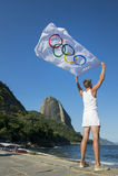 Athlet mit olympischer Flagge Rio de Janeiro Brazil Lizenzfreie Stockfotos