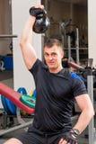 Athlet mit schweren Gewichten über seinem Kopf Stockbild