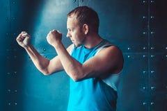 Athlet, muskulöser Mann des Sportlers in einer Position von Bereitschaft, Sport, wringend Stockfoto