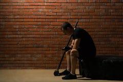 Athlet nimmt an Eignung für Ausdauer in der Halle vor dem hintergrund der roten Wand teil stockfotografie