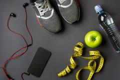 Athlet ` s stellte mit weiblicher Kleidung, Turnschuhen und Flasche Wasser auf grauem Hintergrund ein Lizenzfreie Stockbilder