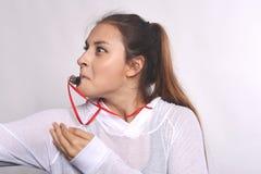 Athlet und wütende junge Frau mit Pfeife Stockbilder