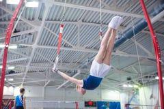 Athlet während der 10. künstlerischen Gymnastik-Weltcup-Herausforderung O Stockbild