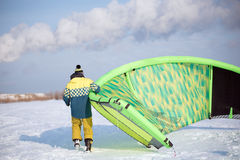 The athlete prepares the kite for riding Royalty Free Stock Photography