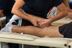 Athlete& x27; s mischt Massage nach Sport-Training mit Stockfotografie
