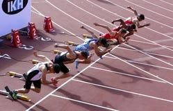 Athleten auf dem Anfang der 110-Meter-Hürden auf Meisterschaft IAAF-Weltu20 in Tampere, Finnland am 11. Juli 2018 lizenzfreies stockfoto