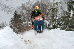 Athleten auf einem Schneemobil fahrung stockfotografie