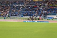 Athleten auf 100 m-Rennen stockbilder